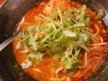 スパイスカレー麺(パクチー投入)