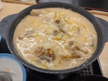 シュクメルリ鍋定食(チーズ投入完了)